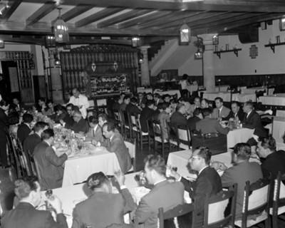 Hombres reunidos durante banquete en un restaurante