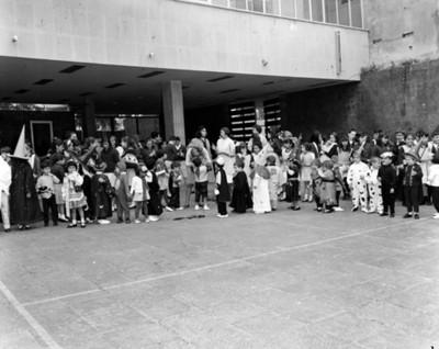 Niños en el patio de una escuela durante festival