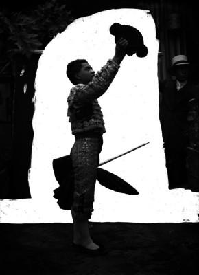 Plutarco Rodríguez con traje taurino, posando en un estudio fotográfico, retrato