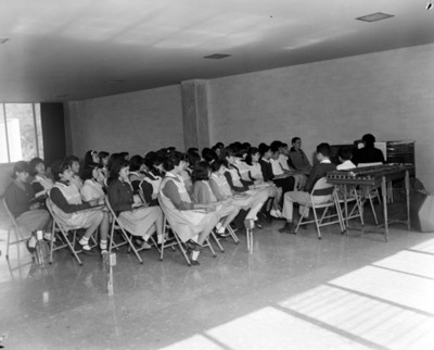 Alumnos durante sus clases de música en un salón