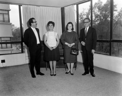 Personas frente a un piano en oficina, retrato de grupo