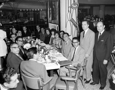 Personas en comedor de restaurante Samborns, retrato de grupo