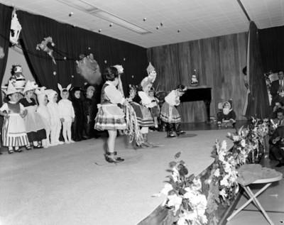 Niños interpretan baile en escenario durante festival