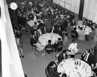 Gente reunida durante banquete en un salón