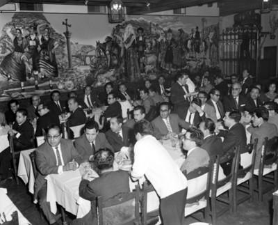 Hombres platican durante banquete en un restaurante