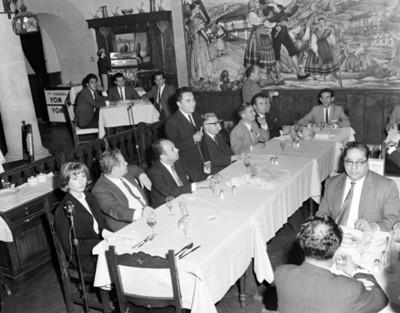 Hombre pronuncia discurso a los asistentes al banquete en un restaurante