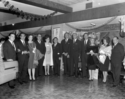 Ejecutivos y mujeres durante inauguración de una agencia automotriz, retrto de grupo
