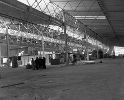Ejecutivos platican en el interior de una fábrica automotríz