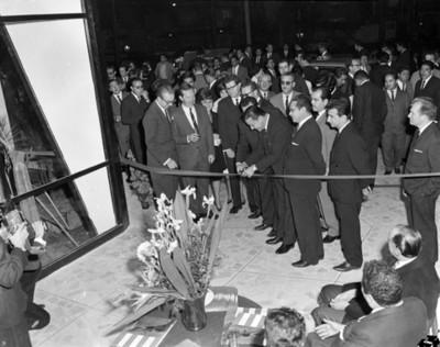 Ejecutivos contra liston durante la inauguración de una agencia automotríz