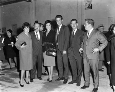 Ejecutivos y mujeres durante la inauguración de una agencia automotríz