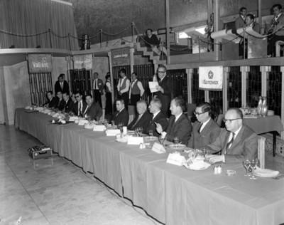 Ejecutivo lee documento durante banquete en salón de club Jano