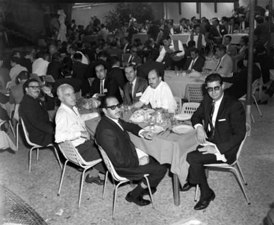 Hombres en comedor durante banqute en club Jano, retrato de grupo
