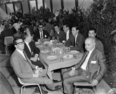 Empresarios en comedor durante banquete en club Jano