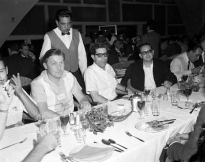 Hombre en banquete durante convención de proveedores Automex, retrato
