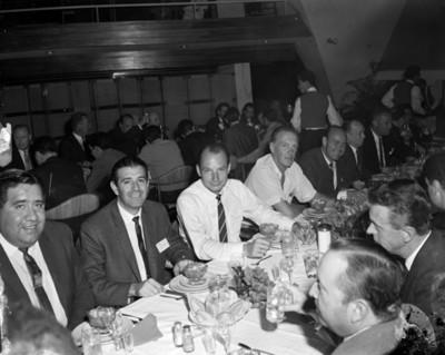 Empresarios en banquete durante convención de proveedores Automex