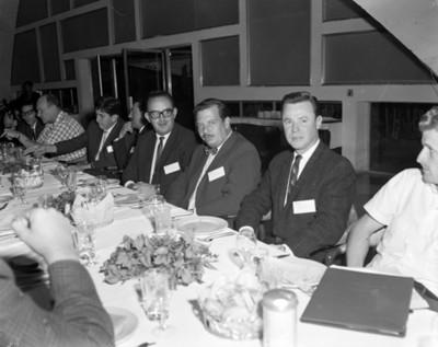 Hombres en banquete durante convención de proveedores Automex
