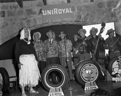 Hombres interpretan número musical durante convención de empresa UniRoyal