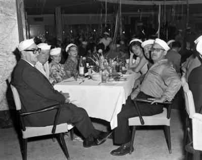 Personas en restaurante durante convención de distribuidores de productos Chrysler