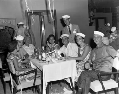 Hombres y mujeres reunidos en un restaurante