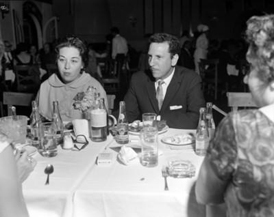 Hombre y mujer sentados durante banquete en un restaurante, retrato