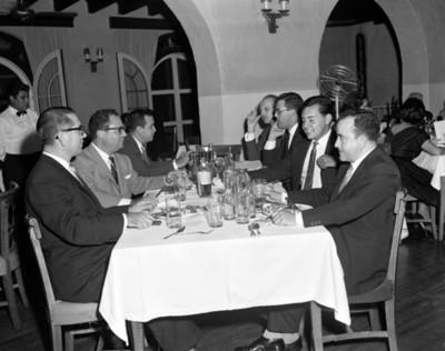 Hombres/reunidosen un restaurante