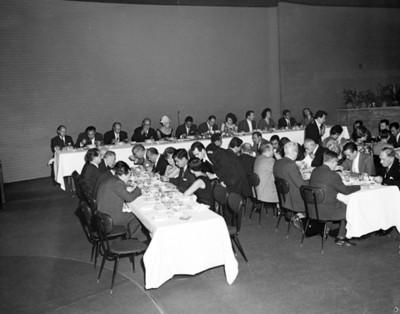 Personas en comedores durante banquete en salón de hotel Balsa