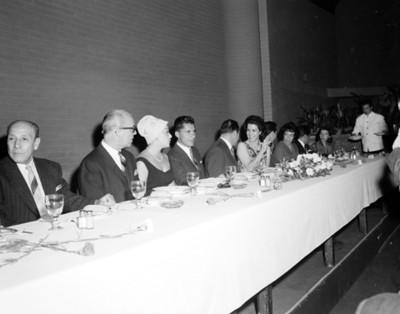 Personas en comedora durante banquete en salón de hotel Balsa