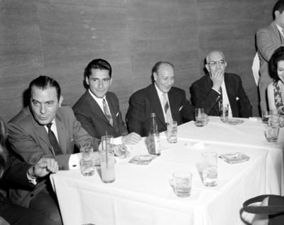 Hombres en comedor durante banquete en salón de Hotel Balsa