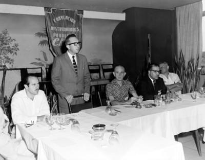 Empresario habla ante asistentes a convención de distribuidores de productos chrysler