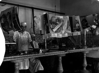 Empleados tras el mostrador de la carnicería El buen gusto, retrato