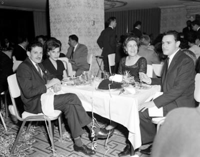 Hombres y mujeres en la mesa de un restaurante durante reunión, retrato de grupo