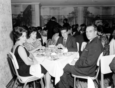 Hombres y mujeres en la mesa de un restaurante durante reunión