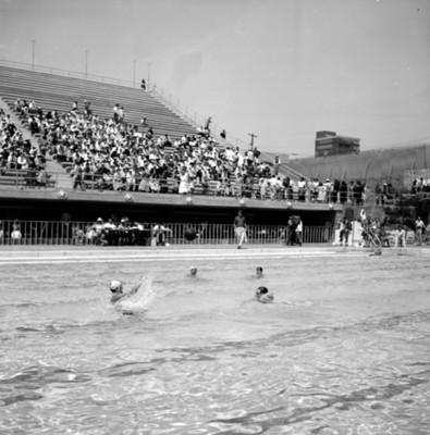 Deportistas durante juego de water polo