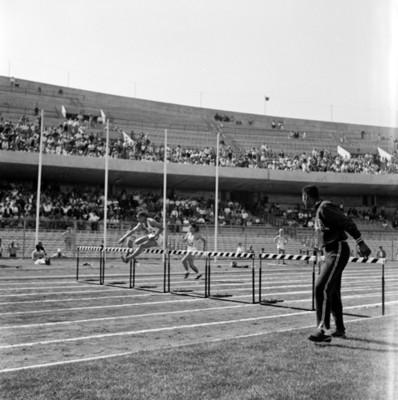 Atletas realizan carrera con obstáculos durante celebración de juegos panamericanos