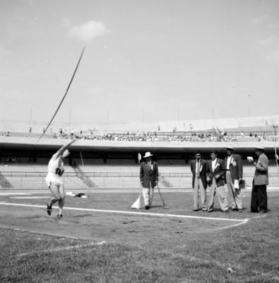 Atleta lanza jabalina en estadio durante juegos panamericanos