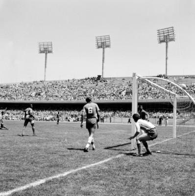 Partido de futbol en estadio durante celebración de juegos panamericanos q