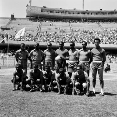 Equipo de futbol en cancha de estadio durante juegos panamericanos