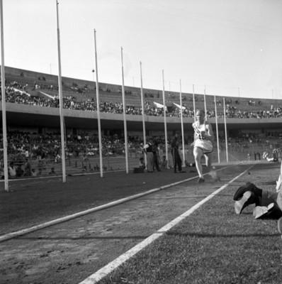 Atleta corre antes de realizar salto de longitud