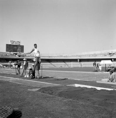 Atleta durante salto de longitud