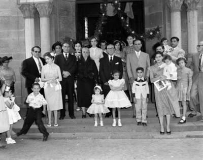 Grupo familiar en las escaleras de la entrada de una iglesia, retrato de grupo