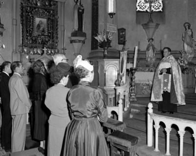 Sacerdote oficia boda religiosa