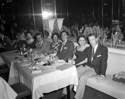 Persona en comedor durante reunión en restaurante versalles, retrato de grupo