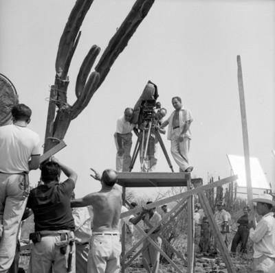 Camarógrafos instalan equipo en locación durante filmación de película