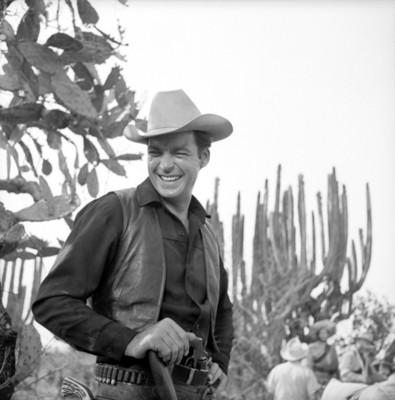 Actor sonríe durante filmación de película en locación