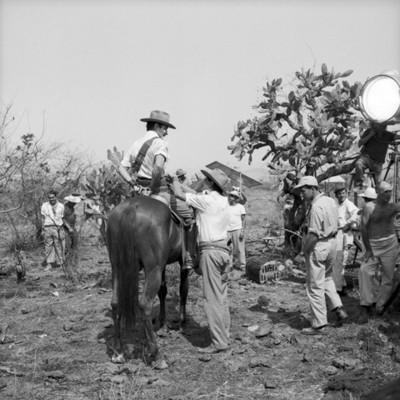 Actores y asistentes en locación durante filmación de película
