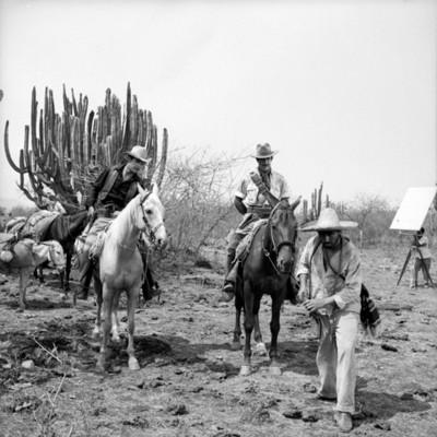 Actores representan escena durante filmación de película en locación