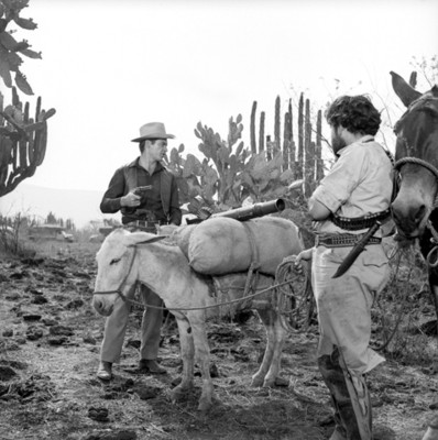 Actores en escena durante filmación de película en locación