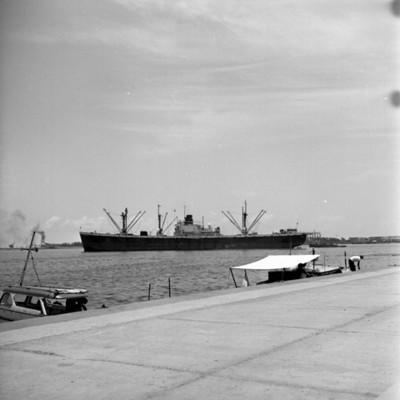 Embarcaciones en un puerto