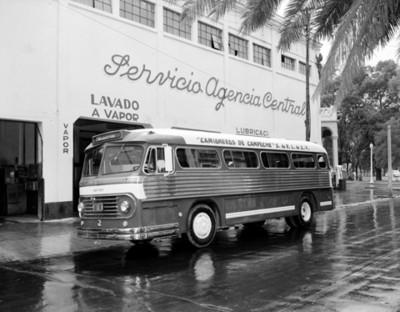 """Autobuses estacionados frente al """"servicio agencia central"""""""
