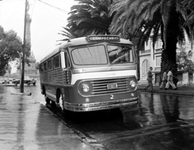 Autobus estacionado en una avenida de la ciudad de México